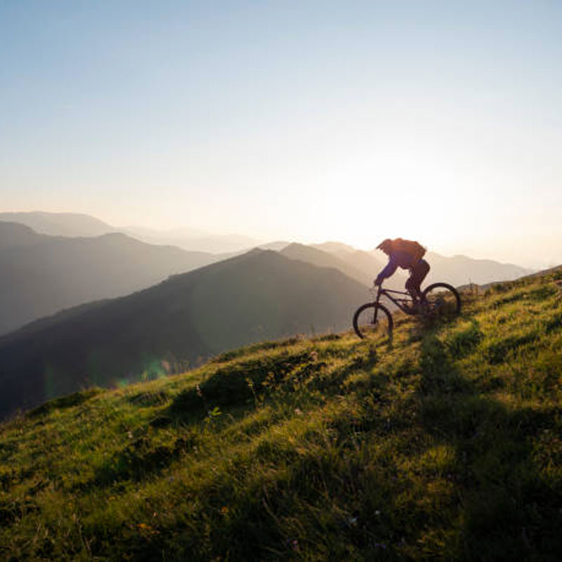 mountain-biker-riding-downhill-picture-id1168532082